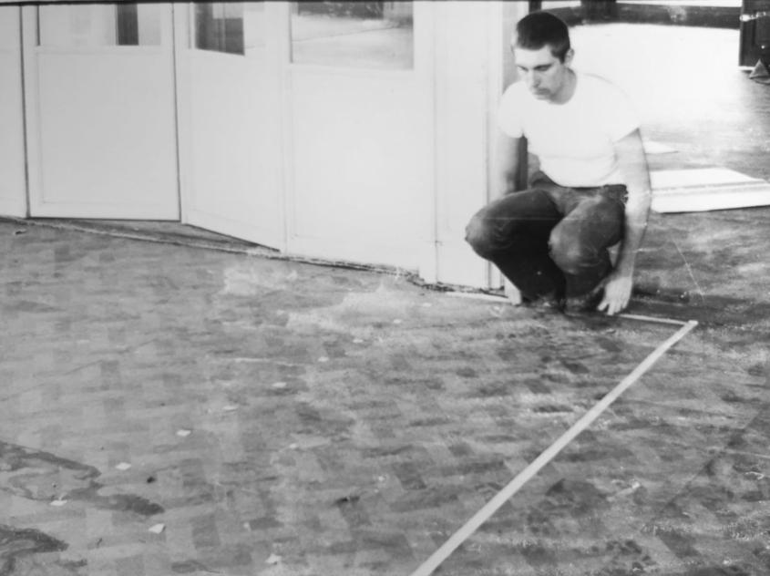 Travail d'arpentage lors du Salon de la Jeune peinture belge - Bruxelles - 1975