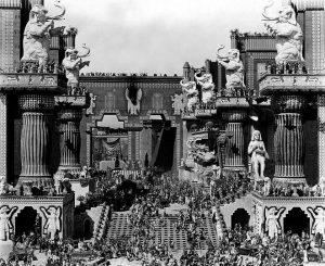 La scène de Babylone dans le film Intolérance (1916) de D.W. Griffith. Durée : 163 minutes.