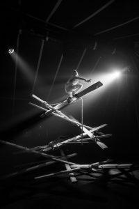 Johann Le Guillerm s'élève sur une hélice de planches qu'il construit au fur et à mesure de son ascension. Spectacle Secret(temps2), 2019. © Photographie David Dubost.